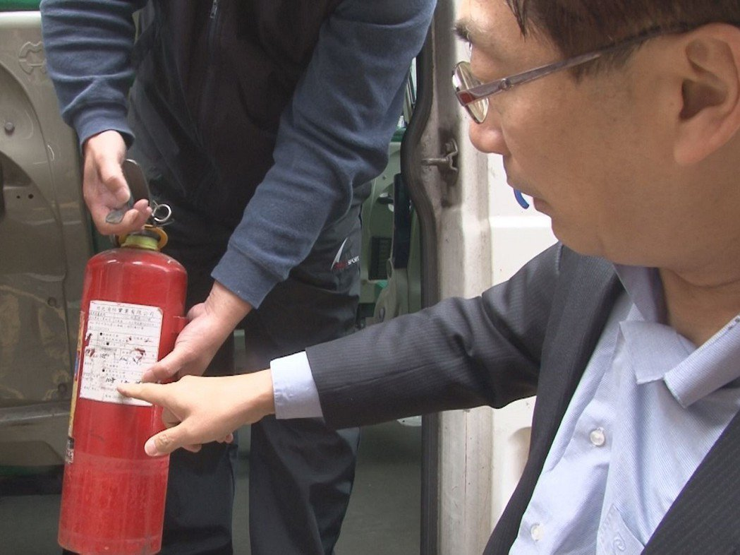 有交通專業的瑞芳區長陳奇正(右)親自進行巴士的檢查作業,希望能為新巴士做的最安全...