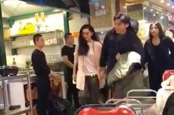 宣稱即將在今年下半年完婚的銀色情侶李晨與范冰冰,近日又在北京一家甜品店被網友拍到甜蜜約會,影片也在網路上瘋傳。影片中兩人正準備離開甜品店,范冰冰走在前面,短短十秒鐘內回頭找了李晨三次,就怕自己走得太...
