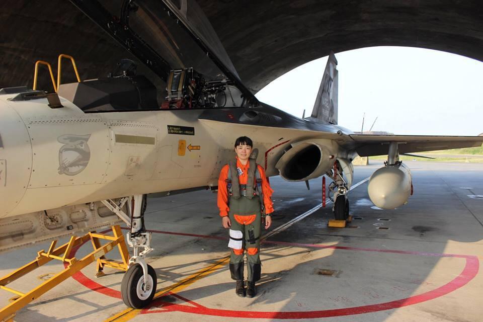 空軍第一戰術戰鬥機作戰隊昨日表示,13日由帶飛教官隊長袁上校陪同103-4班換訓...