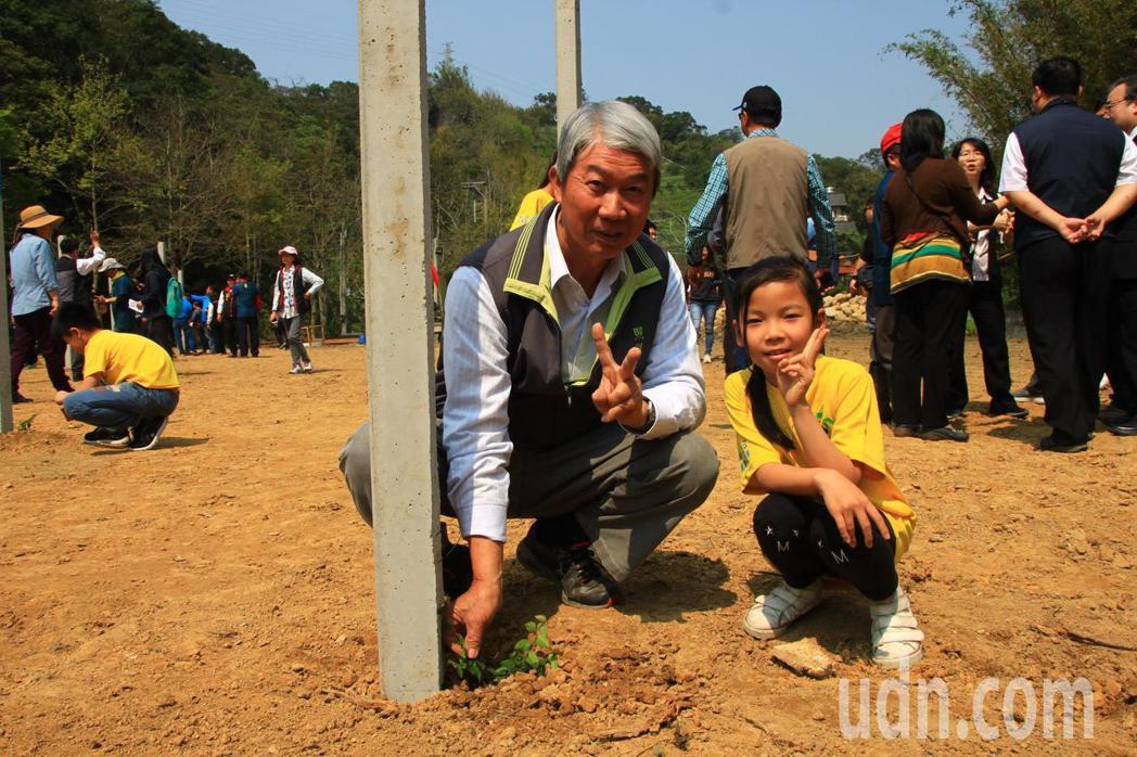 發起人、金谷農場班長黃劉振(左)研究愛玉10多年,希望能打造九芎湖為下一個觀光願...