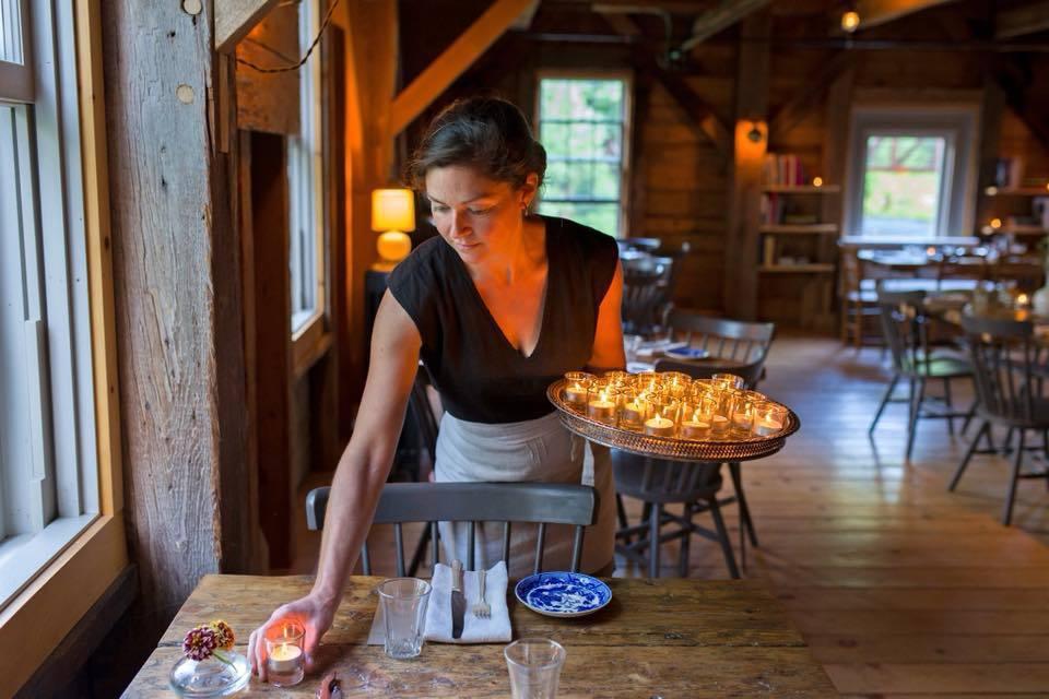 美國一家餐廳由於預約人數暴增,決定請顧客寄送明信片預約。(翻攝「秘境廚房」臉書)