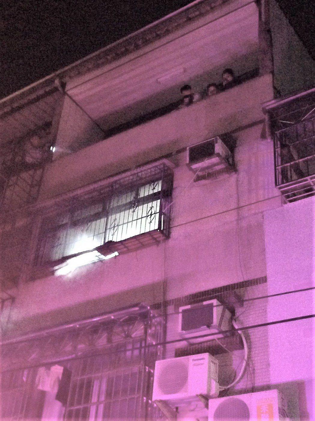 台中市大肚區遊園路凌晨發生住宅火警,黃姓母子3人在三樓頂的加蓋處待援。圖/台中市...