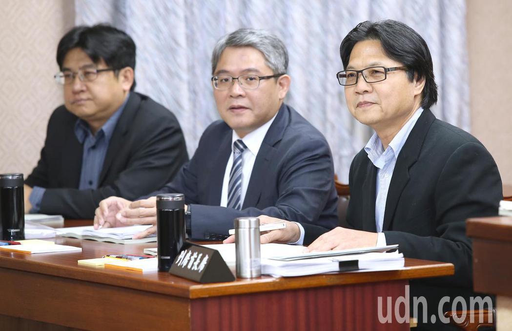 內政部長葉俊榮(右)今天出席立法院內政委員會時表示,警察機關處理陳抗事件的態度不...