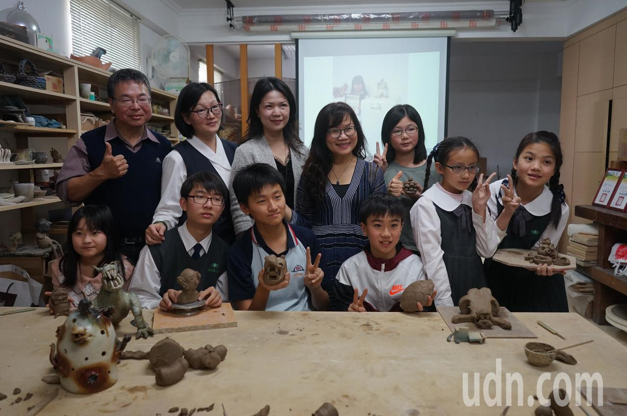 花蓮陶藝名家彭雅美(後排中)多年來在國內外陶藝競賽有亮眼成績,帶領的子弟兵在國內...