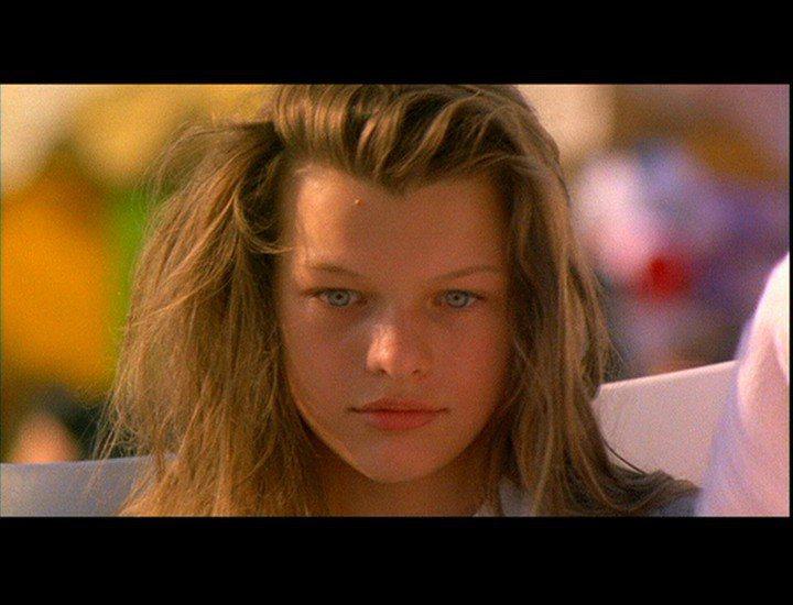蜜拉喬娃薇琪12歲就演出第一部電影「激情交叉點」。圖/摘自millaj