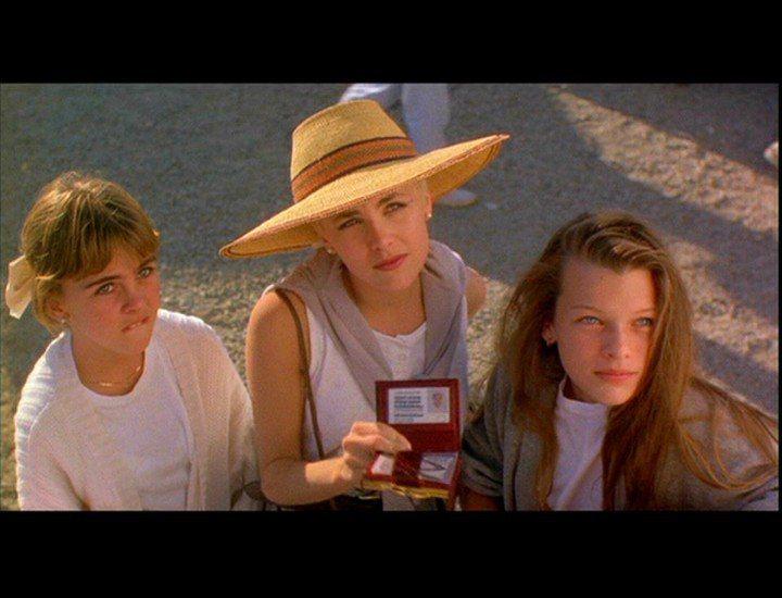 蜜拉喬娃薇琪(右)在「激情交叉點」中演雪琳芬(中)的妹妹。圖/摘自millaj