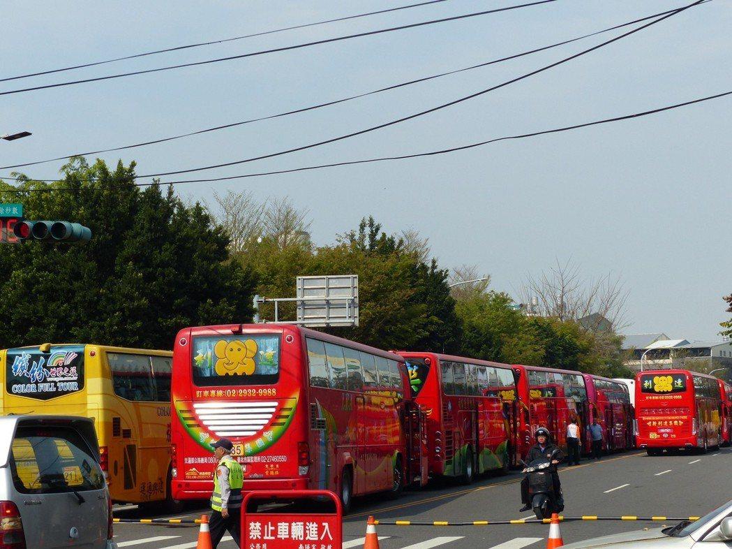台北松山慈祐宮約8000名香客組成的龐大參香團,今天一大早分乘約200輛遊覽車與...