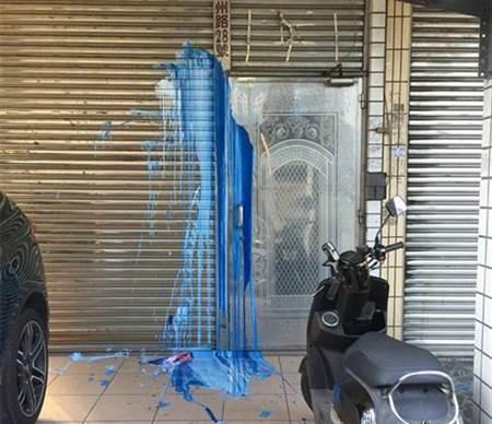 桃園市綠黨市議員王浩宇服務處日前遭潑漆。記者張裕珍/翻攝