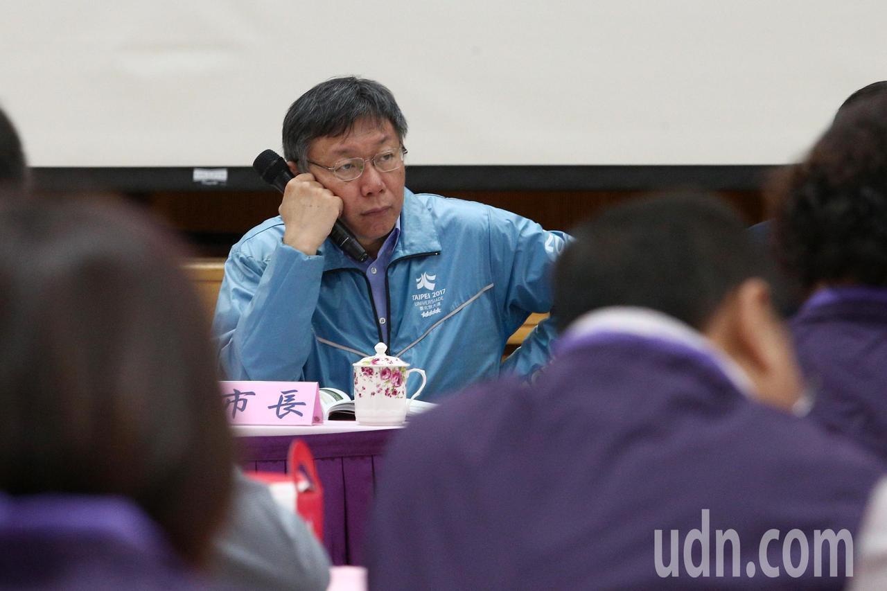 台北市長柯文哲上午與里長市政座談會,在樓下遇抗議陽明山保變住六之六開發案,會議全...