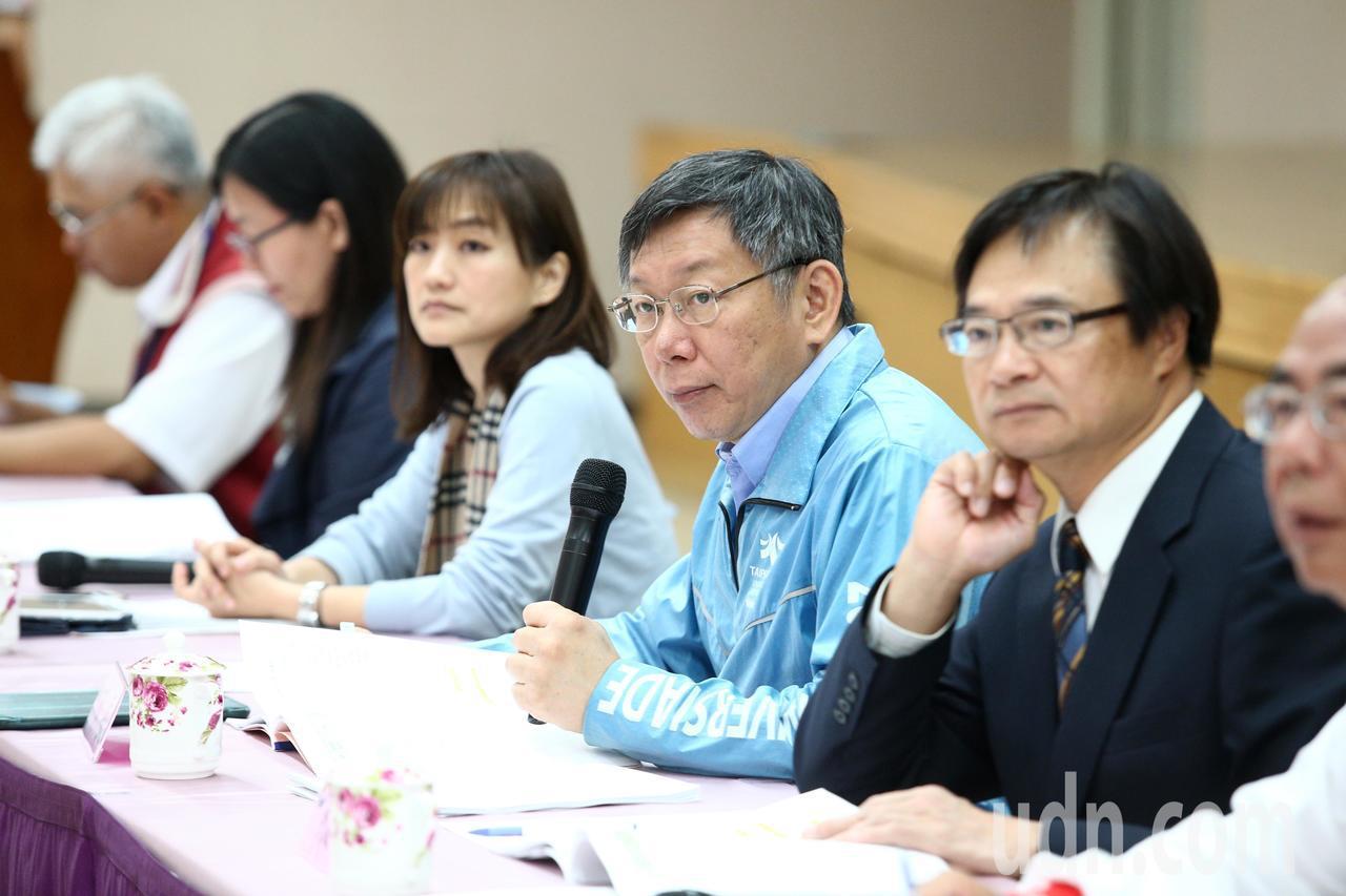 台北市長柯文哲(右二)上午與里長市政座談會,在樓下遇抗議陽明山保變住六之六開發案...
