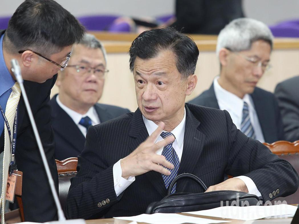 時代力量立委黃國昌今天在立院司法及法制委員會批評貪汙法官憑什麼假釋出獄,法務部長...