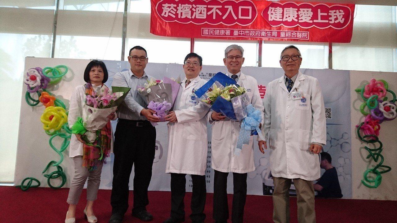 病患手術後恢復健康,向童綜合醫療團隊獻花表達感謝。記者黑中亮/攝影