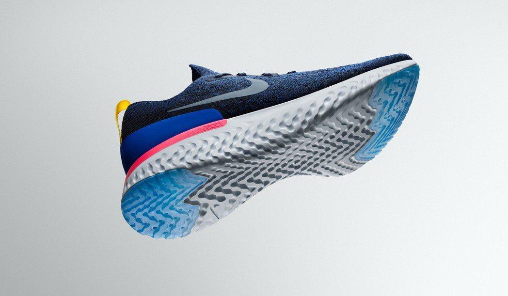 Nike Epic React Flyknit慢跑鞋,深藍色鞋身,約5,000元...