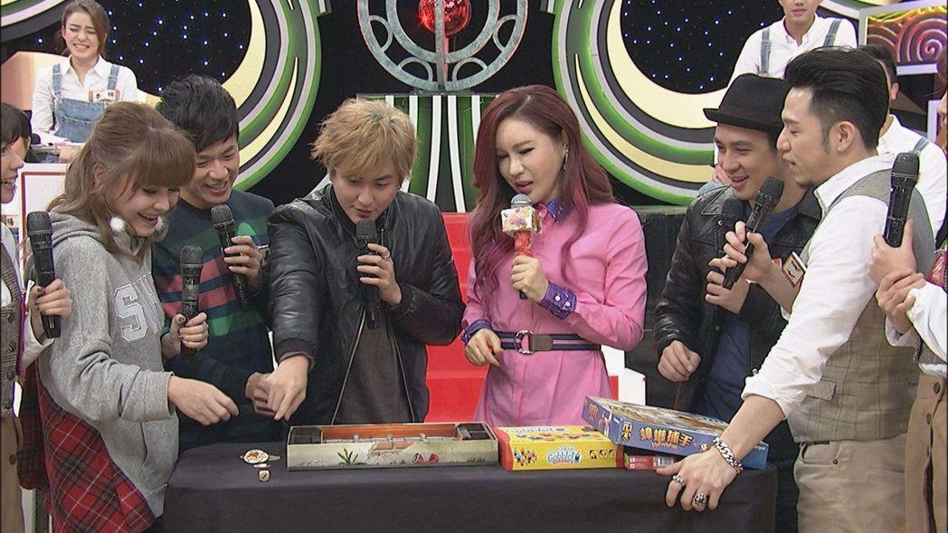黃靖倫(左三)投資桌遊店,上節目教大家怎玩。圖/中天提供