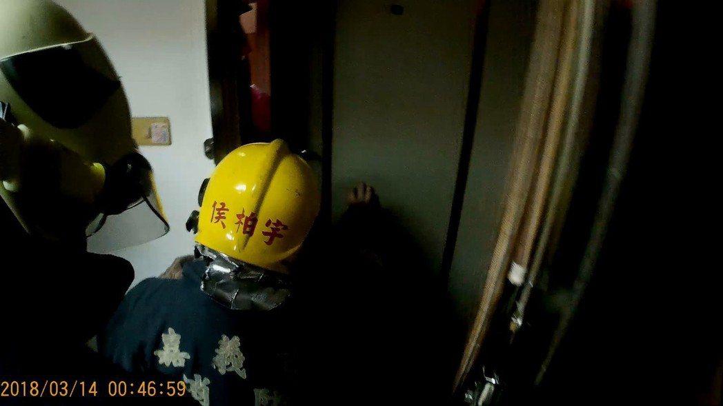嘉義市一名1歲多的林姓女童今天凌晨在房屋內玩耍,不慎將門反鎖,嘉義市消防局緊急破...