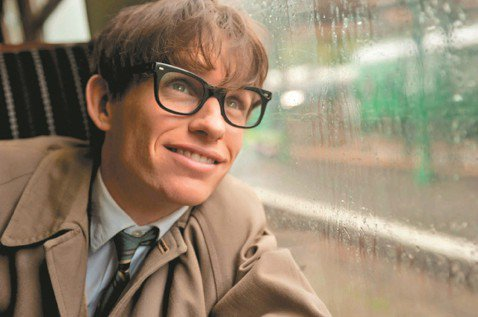 全球知名物理學家霍金今天病逝,其實他不只是在學術研究上成就卓著,他的感情世界也曾在2014年改編成電影「愛的萬物論(The Theory of Everything)」。男主角艾迪瑞德曼也因此片獲得...