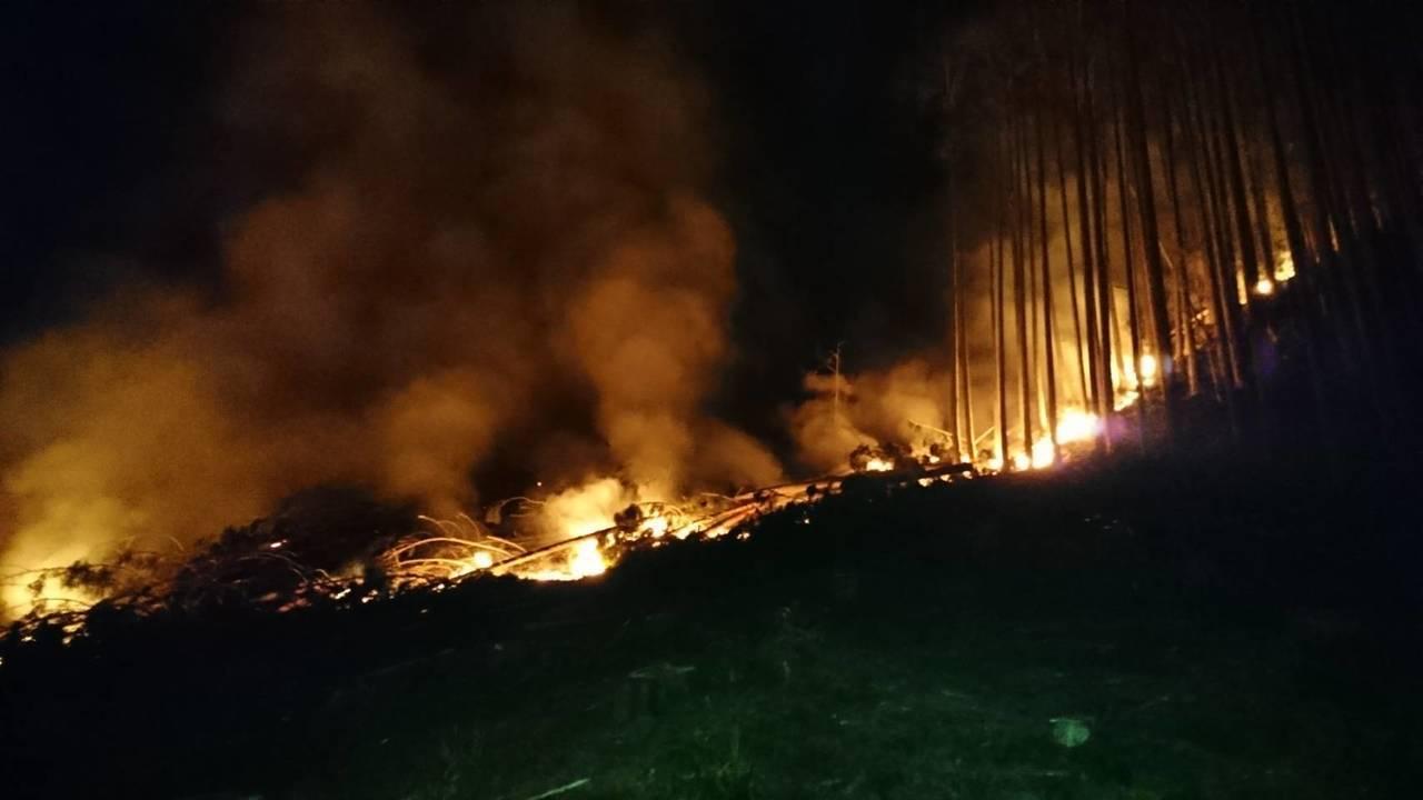 霞喀羅國家步道昨晚發生山林大火,火勢在深夜11點半撲滅。圖/消防局提供