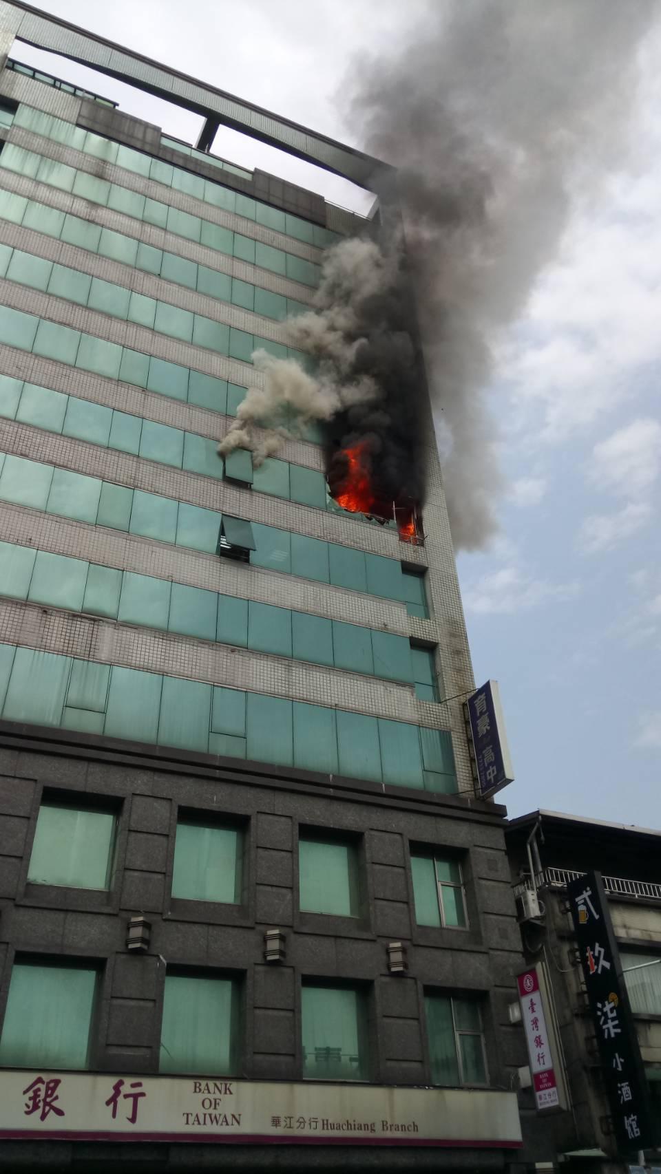 新北市消防局今天上午11時36分獲報,板橋區中山路一段台灣銀行樓上冒出火煙,消防...