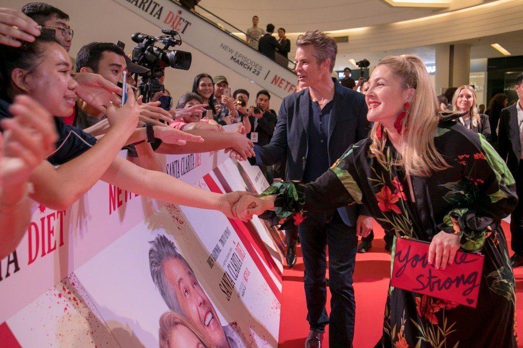 茱兒芭莉摩和提摩西奧利芬特與泰國熱情影迷握手。圖/Netflix提供