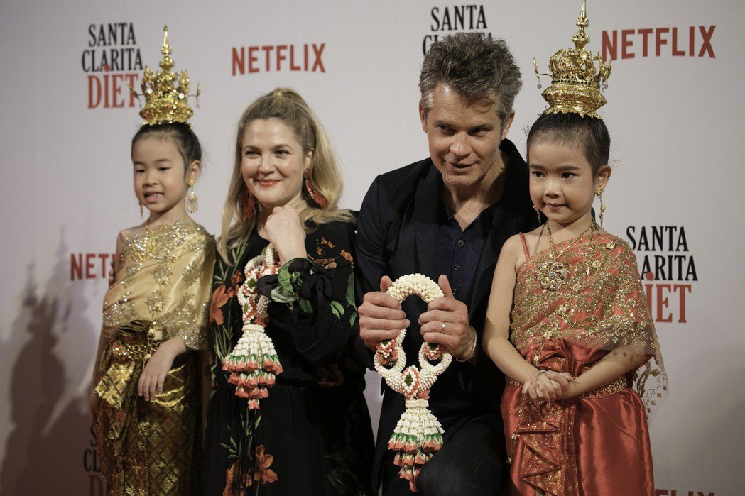 茱兒芭莉摩和提摩西奧利芬特開心接受泰國小女孩獻上的禮物。圖/Netflix提供