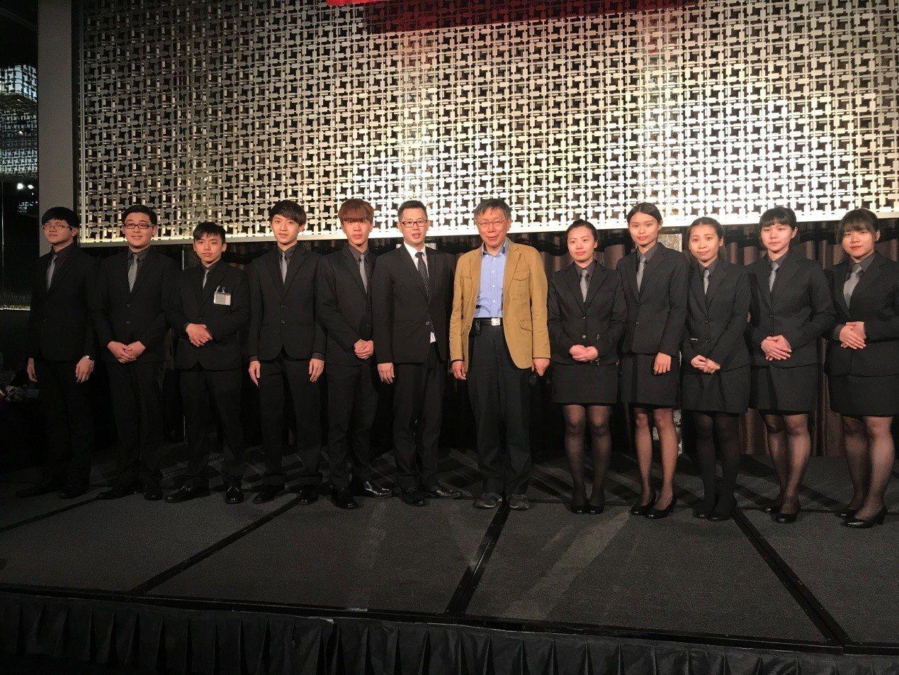 台北市市長柯文哲與健行科大餐旅系師生合影。 圖/台北市旅館商業同業公會提供