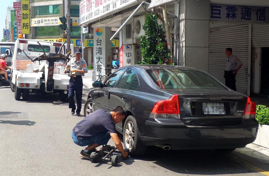 去年高雄市曾動員「大執法」取締違規停車,但民眾檢舉違停仍多。記者林保光/攝影