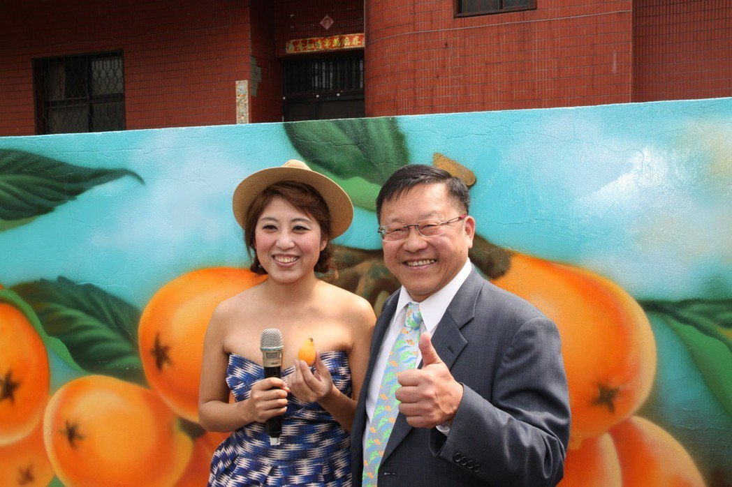 台中市農業局長王俊雄(右)會後與女主持人卓芳儀合影。記者黃寅/攝影