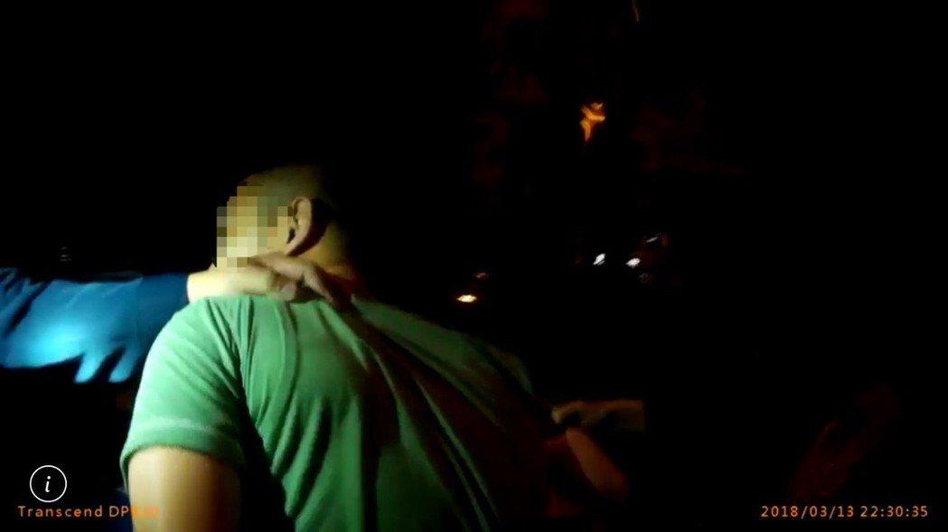 彭姓男子深夜開車違規停車,桃園市平鎮警分局巡警前往勸導時,發現車內有毒品吸食器,...
