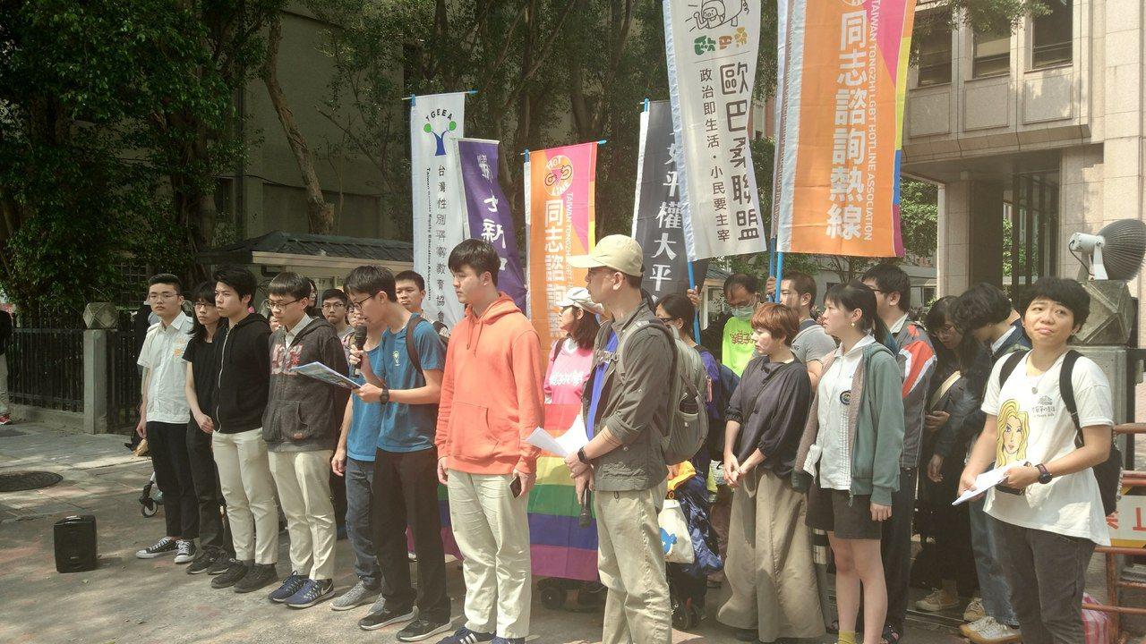 「適齡性平教育公投」聽證會前,會前力挺同志教育的多個團體包括由80多個高中生團體...