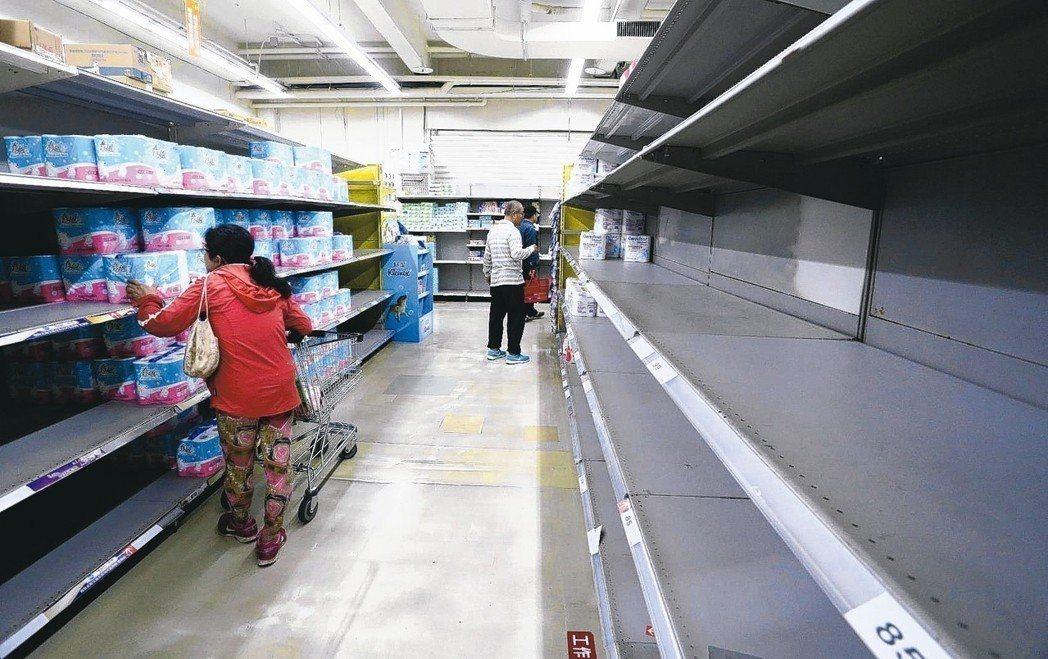 衛生紙喊漲,引發消費者搶購,行政院消保處劉清芳今表示,目前衛生紙供貨、價格都穩定...