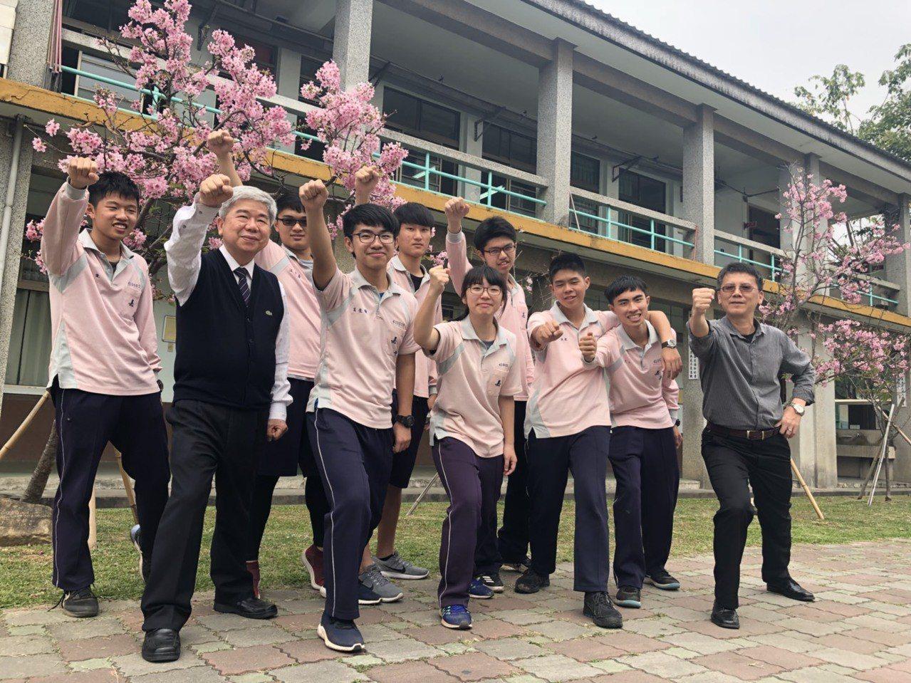 嘉華中學三年愛班(醫科班)有52人,已有29人透過繁星考取心中理想學校,國立大學...