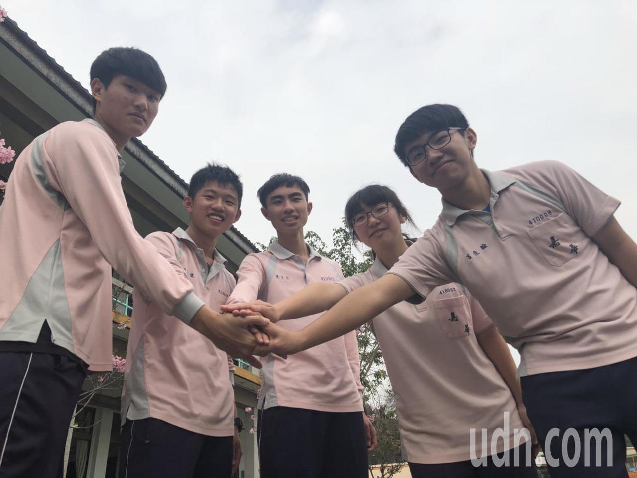 嘉華中學學生黃宜蓁(右二)錄取成大航太系,她說,未來想成為帥氣的機師,但身高條件...