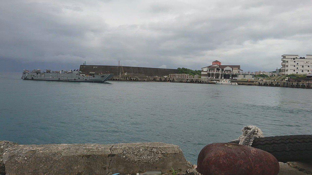 海軍一艘編號486合字號登陸艇,今天早上緩緩駛入綠島漁港內,疑載運鷹式飛彈相關設...