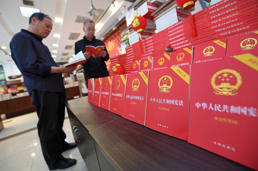 由法律出版社出版的「中華人民共和國憲法」最新修正版在山西太原書城上架發售。 圖/...