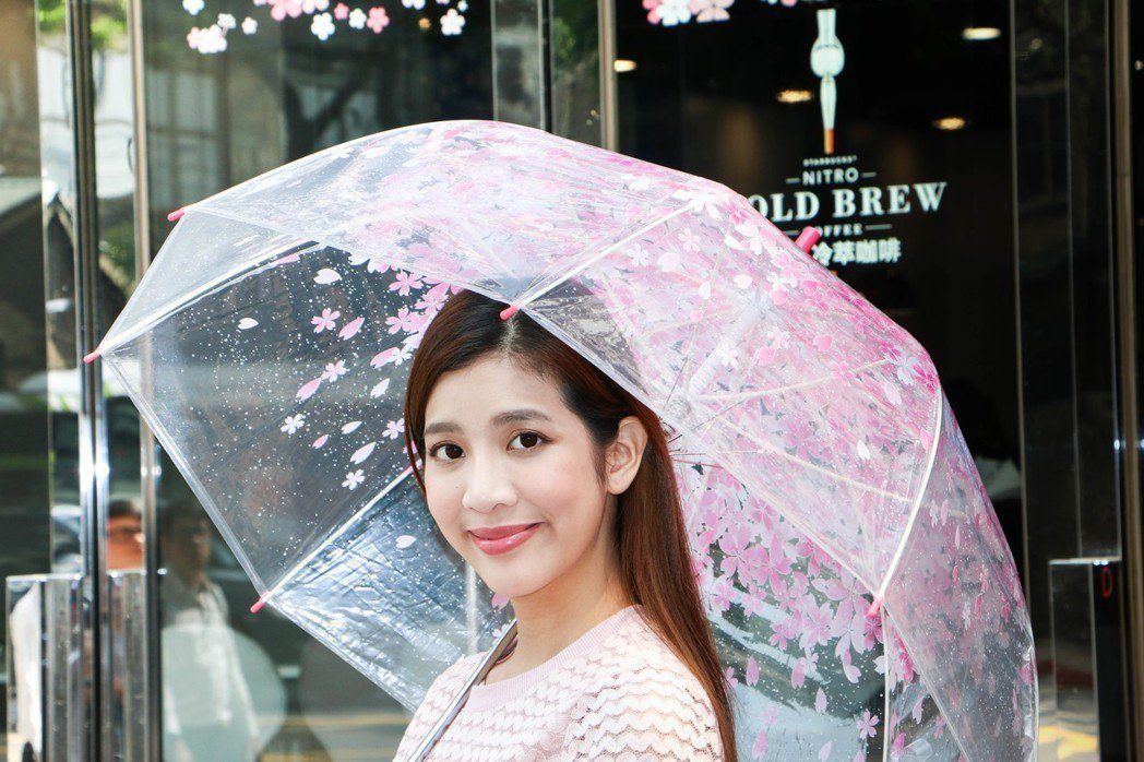 UNIDESIGN繽紛花漾直傘,售價209元。圖/謝欣倫攝影