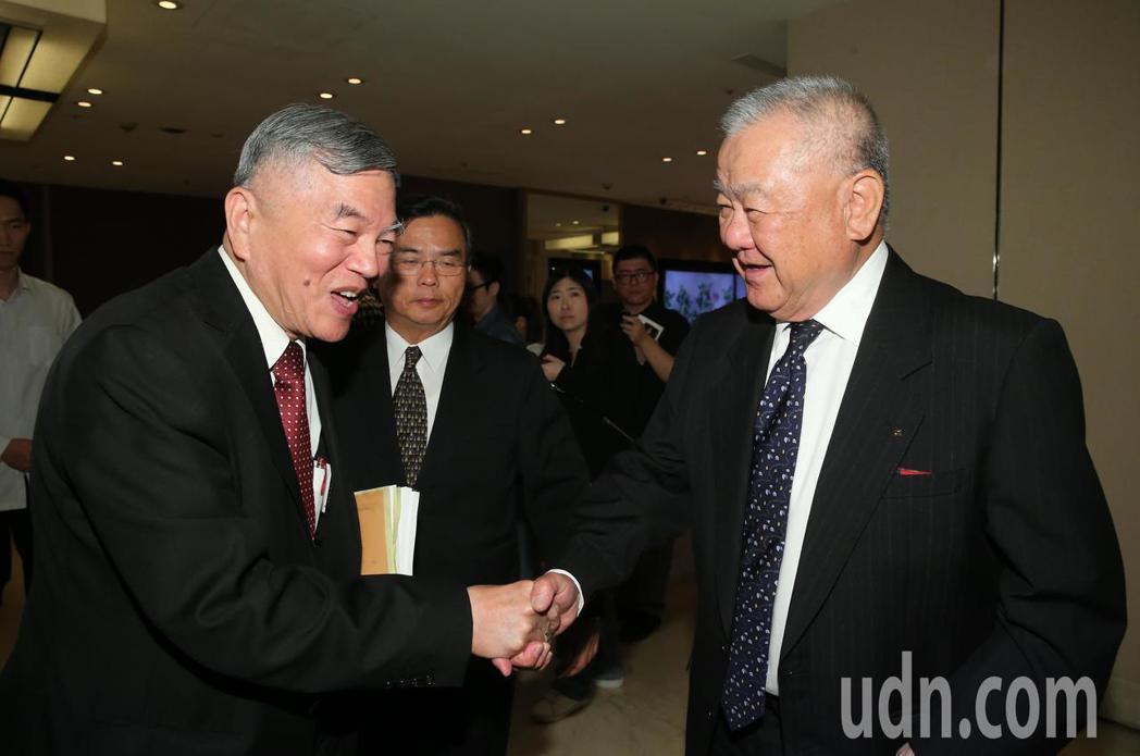 經濟部長沈榮津(左)下午出席工商協進會理監事會議時與理事長林伯豐(右)握手致意。...