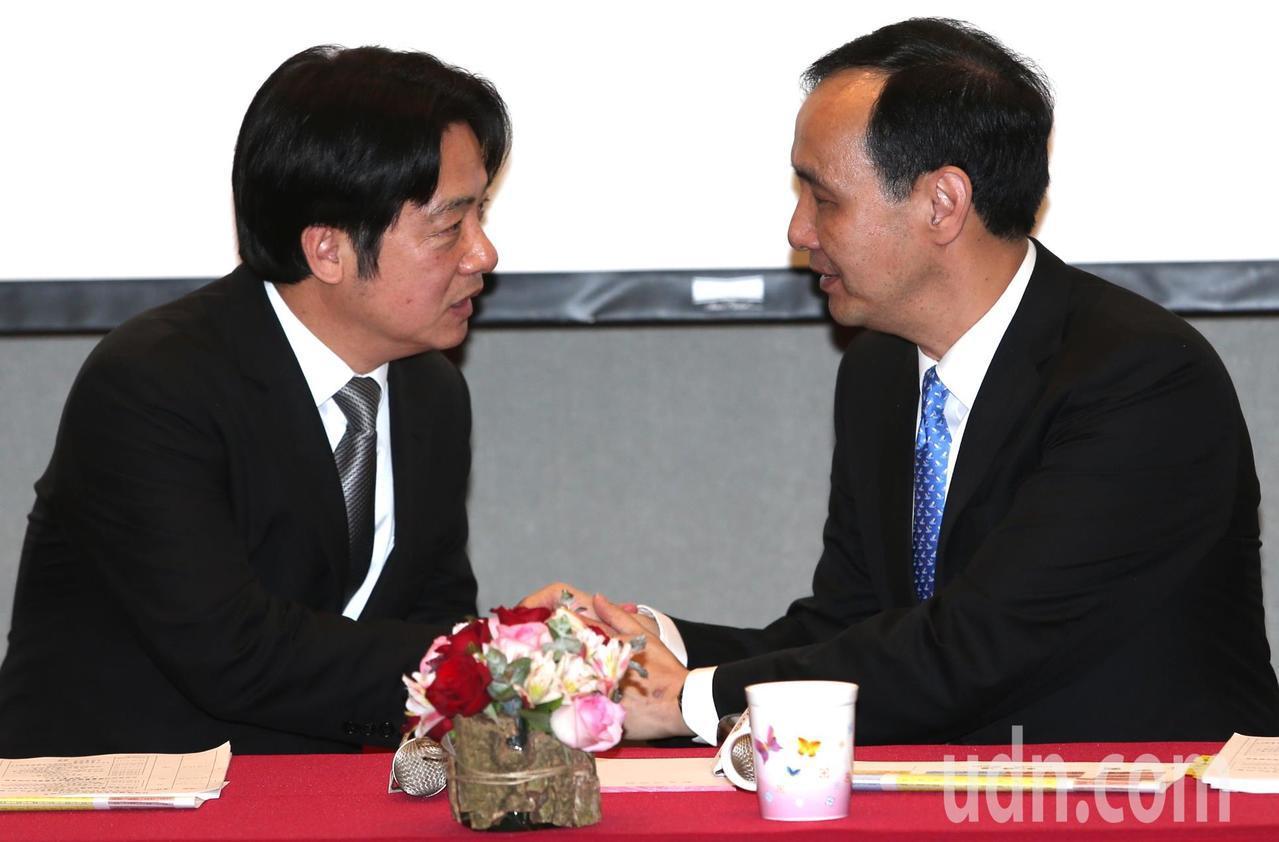 行政院長賴清德(左)與新北市長朱立倫(右)相互握手致意。記者侯永全/攝影