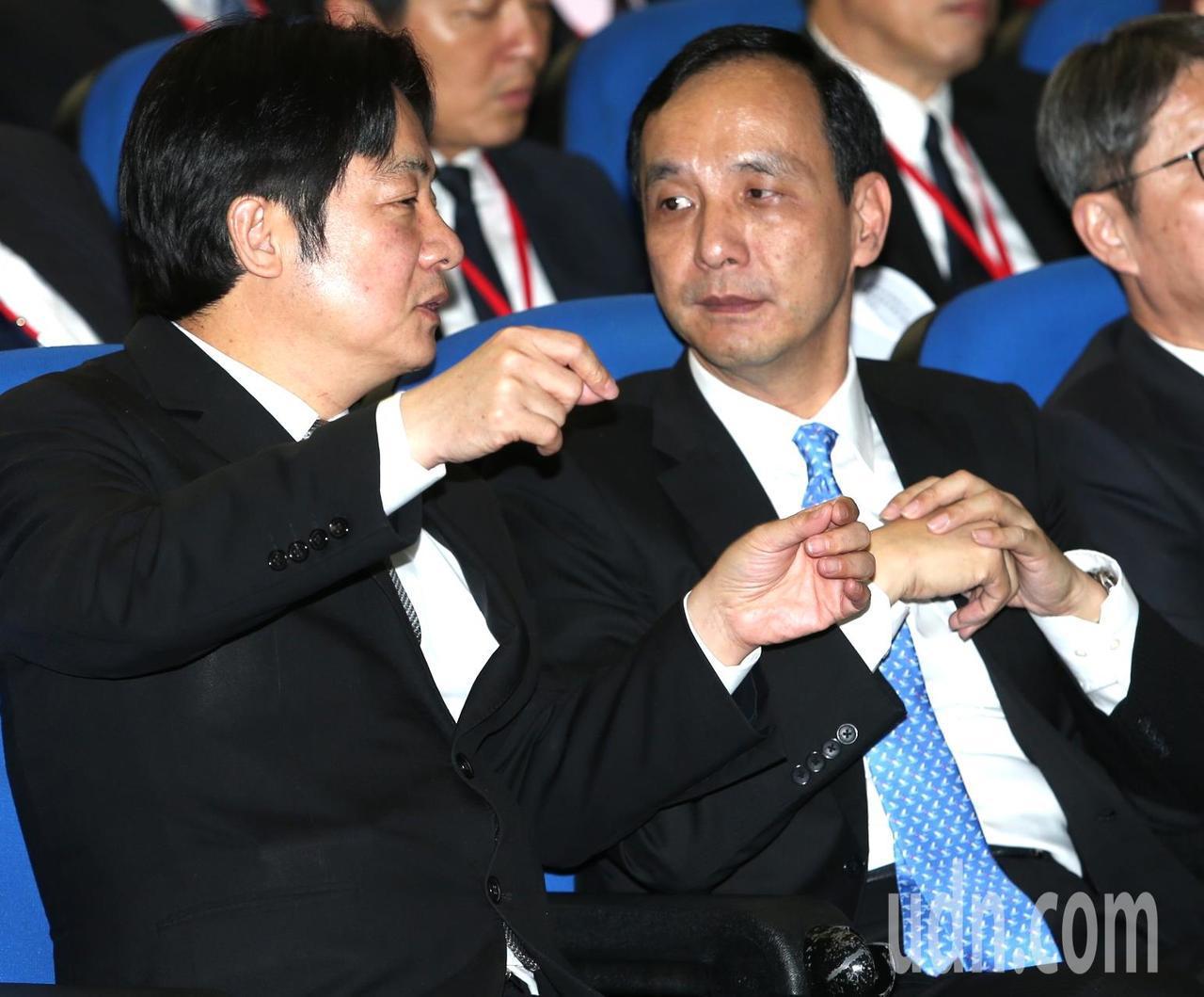 行政院長賴清德(左)與新北市長朱立倫(右)席間頻頻交換意見。記者侯永全/攝影