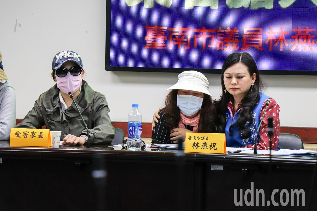 劉姓家長(中)淚灑記者會現場,指控幼兒園老師將她的孩子獨自關在昏暗的空教室3小時...