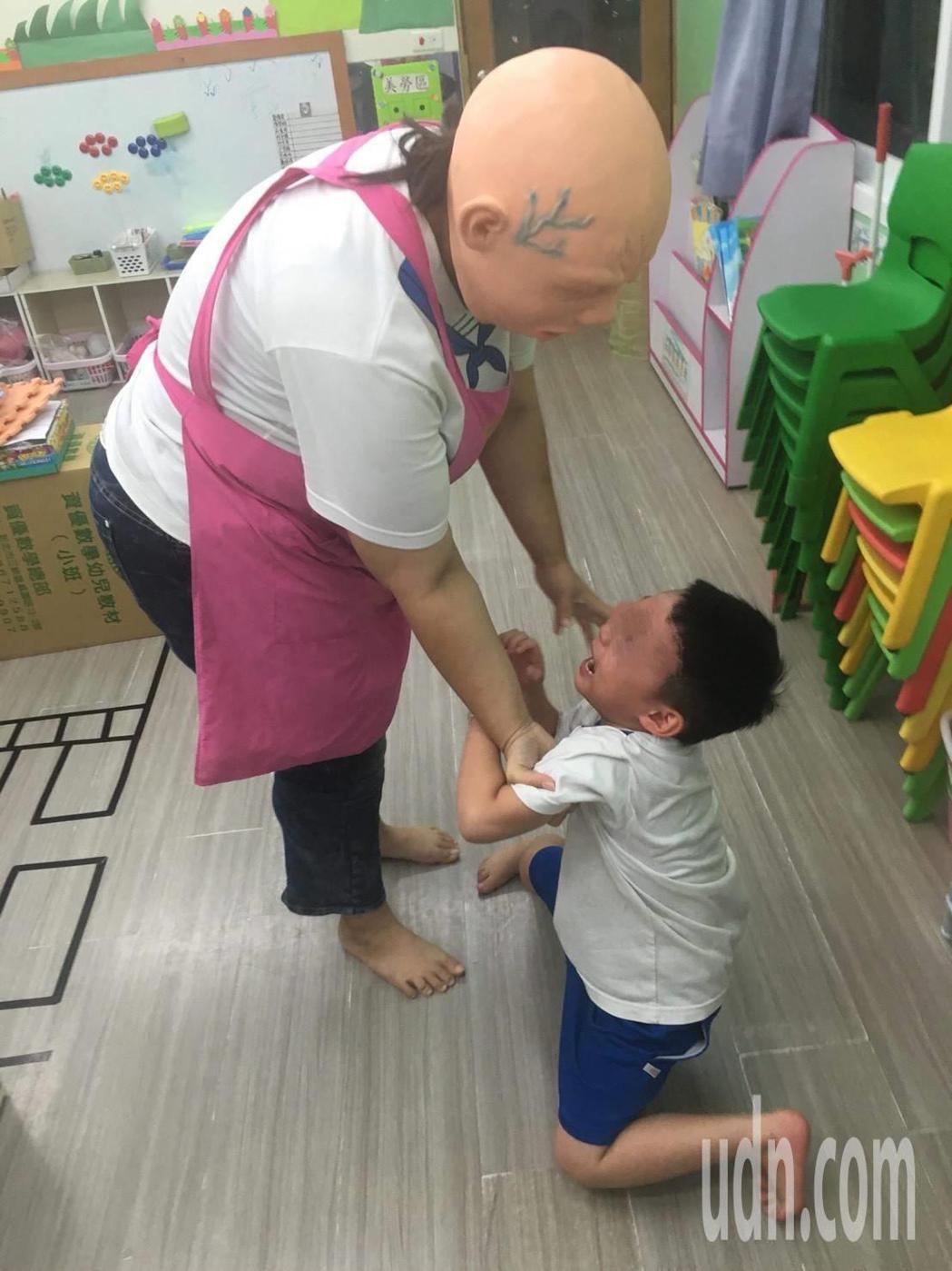 王姓家長指控幼兒園老師頭戴假面具嚇園內的孩子,有別的老師看不下去,在旁拍照傳給家...