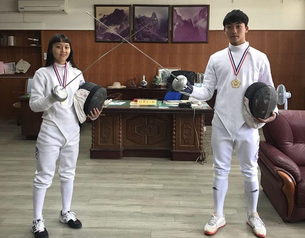 左營高中擊劍選手蘇文憲(右)與陳佑萱(左),在全中錦撃劍賽男女銳劍摘金。圖/左營...