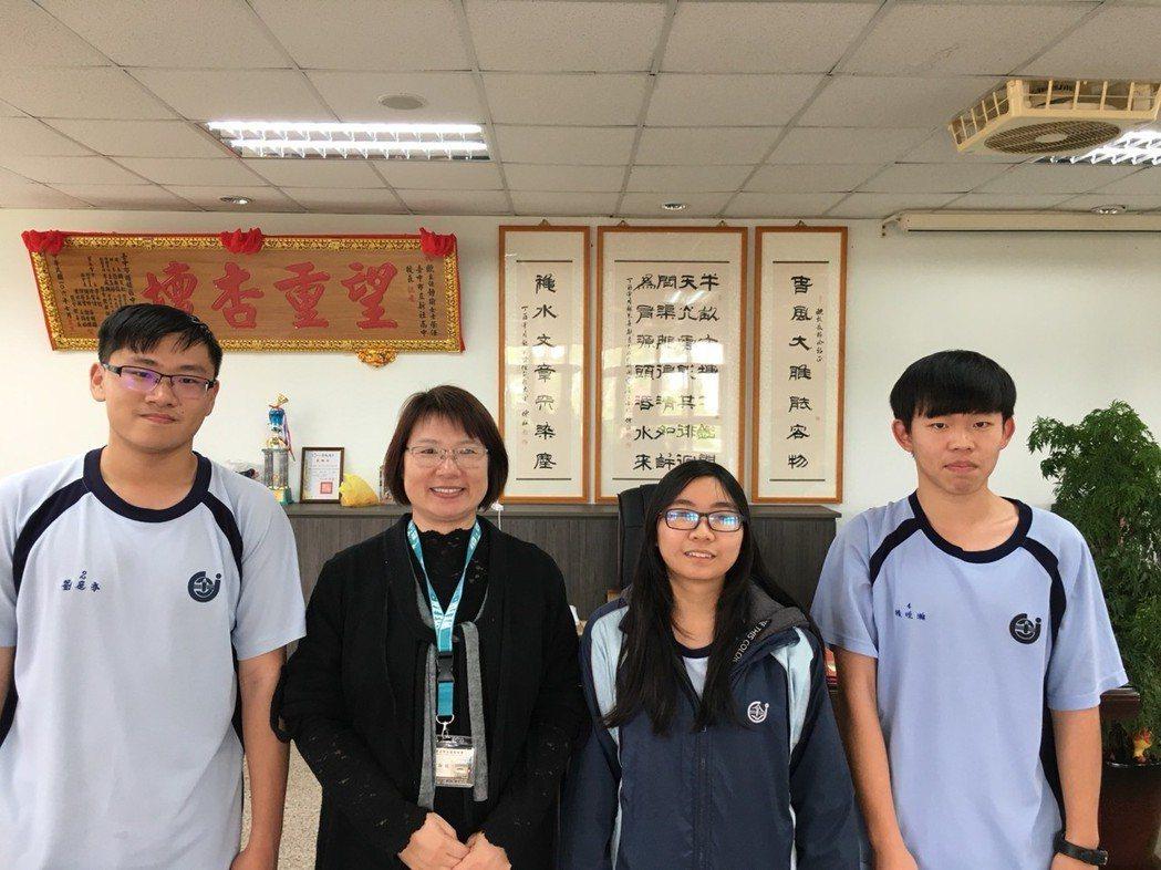 新社高中校長歐靜瑜(左二)與上榜學生合照。圖/新社高中提供