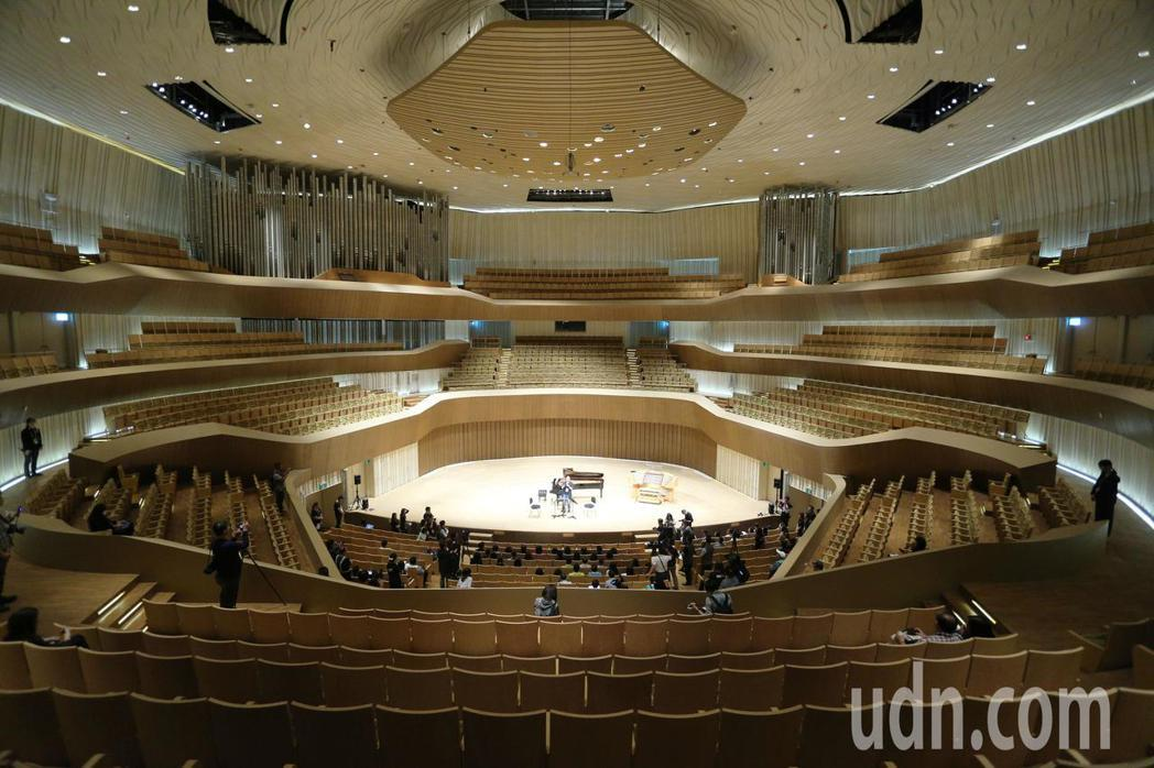 全台唯一的葡萄園式音樂廳擁有2000席座位,以盒中盒概念設計建造,包括了德國進口...