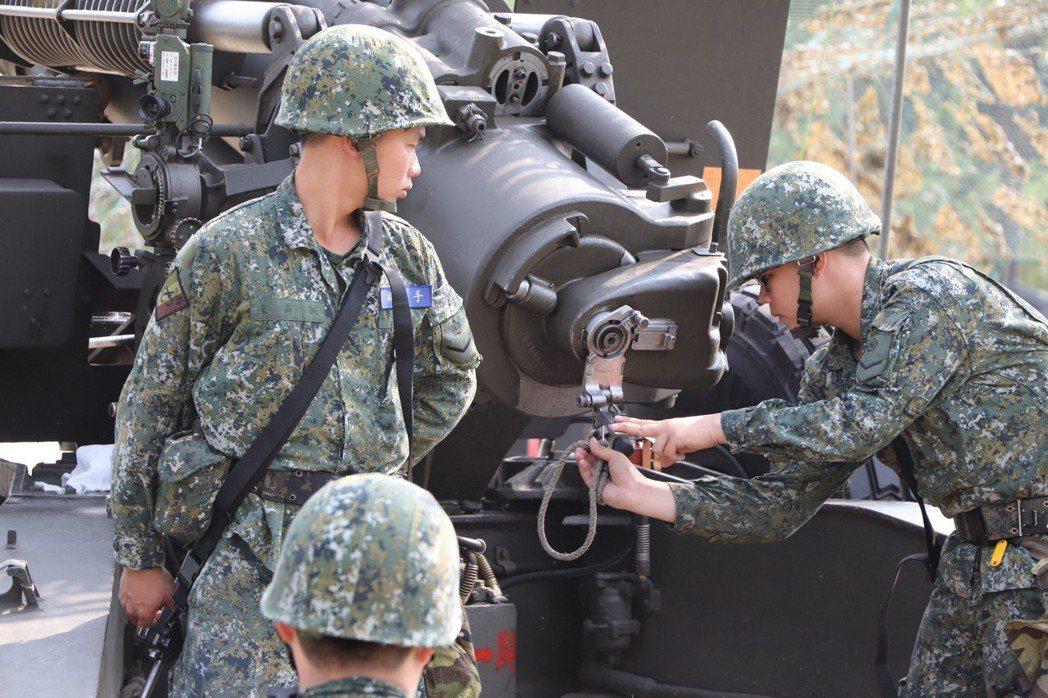 陸軍第八軍團今天起執行「戰備任務訓練週」,在南部各個演訓場進行各項戰備演訓任務,...