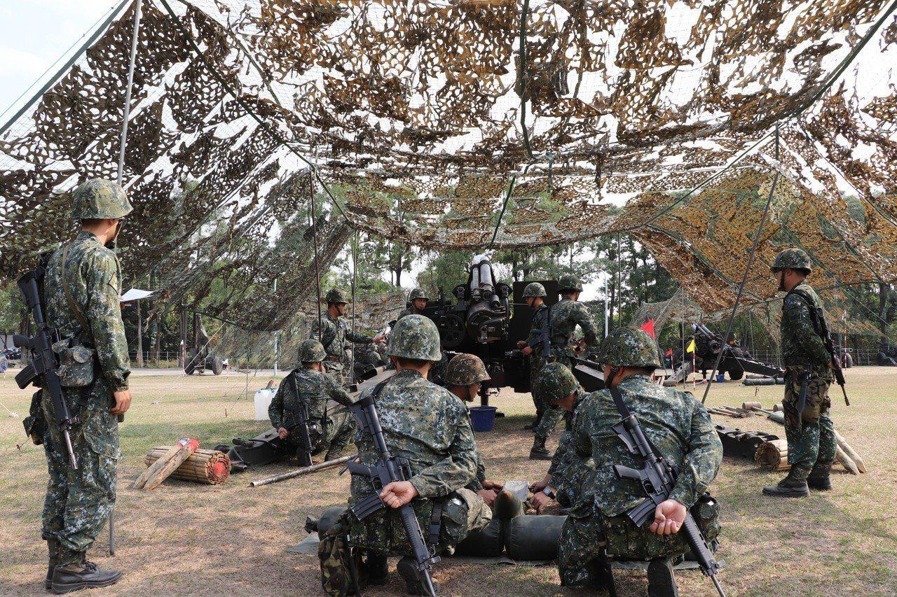 陸軍第八軍團今天起執行「戰備任務訓練週」,在南部各個演訓場進行各項戰備演訓任務。...