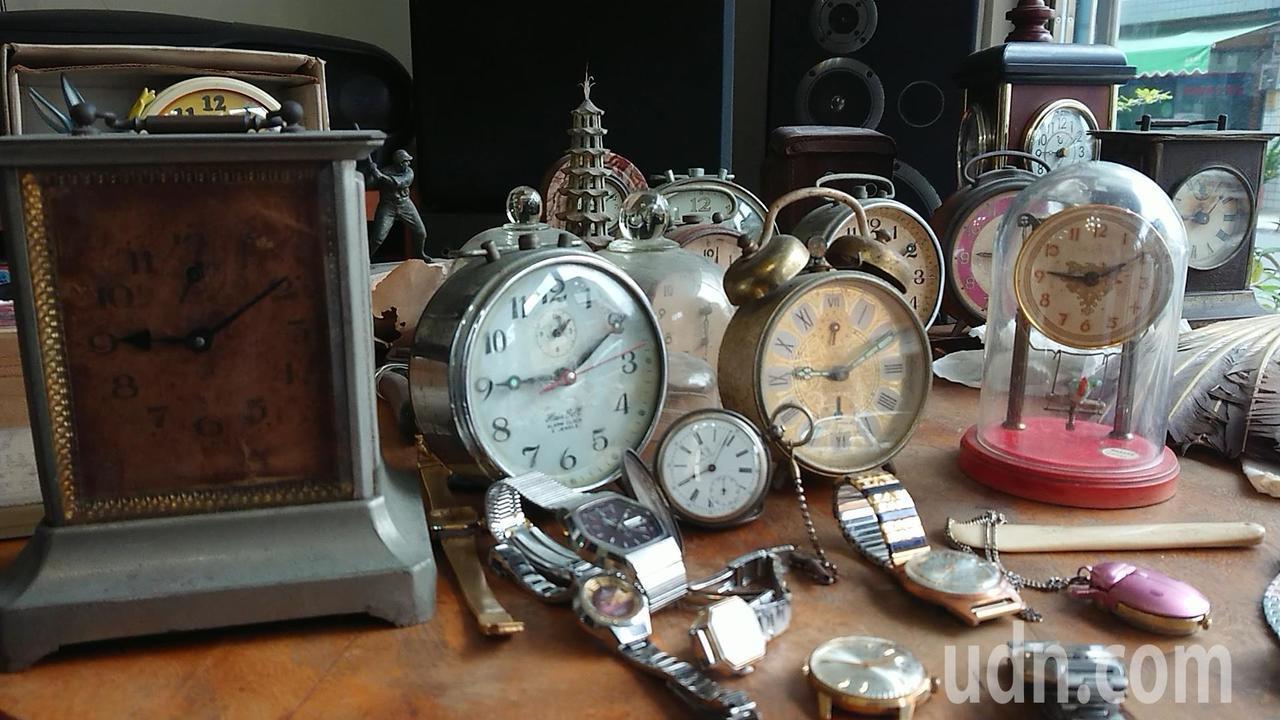 陳慶梯收藏的古董時鐘及鬧鐘。記者吳淑玲/攝影