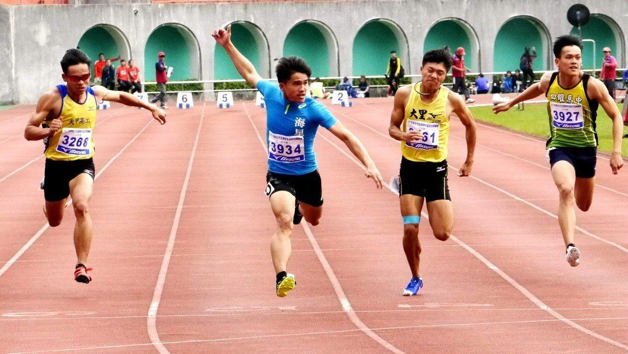 海星高中魏泰陞(左2)跑出平個人最佳的10秒54成績,達到亞青賽男子100公尺參...