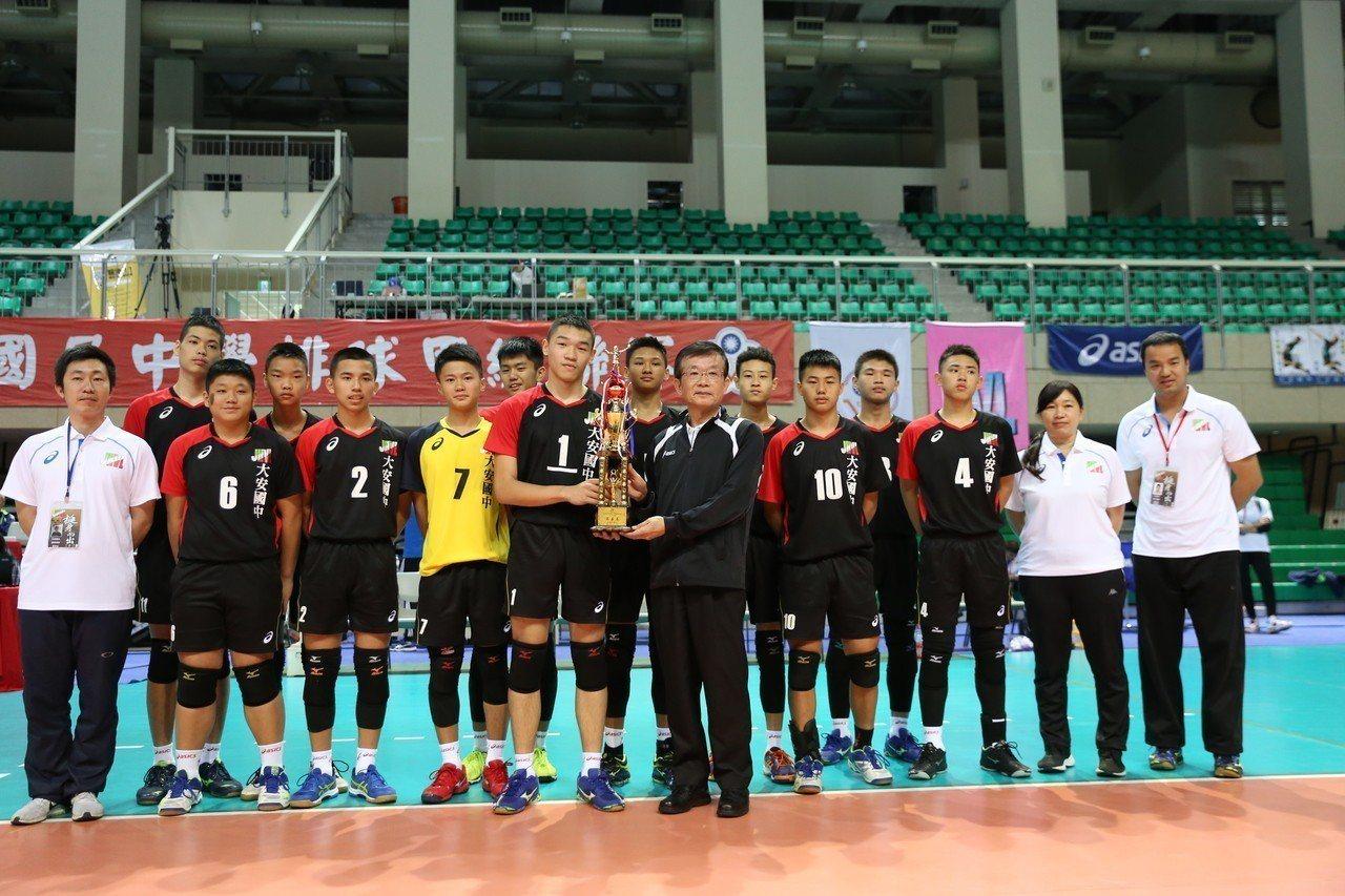 106學年度國中排球甲級聯賽,大安國中男排隊奪第五名。圖/由高中體總提供