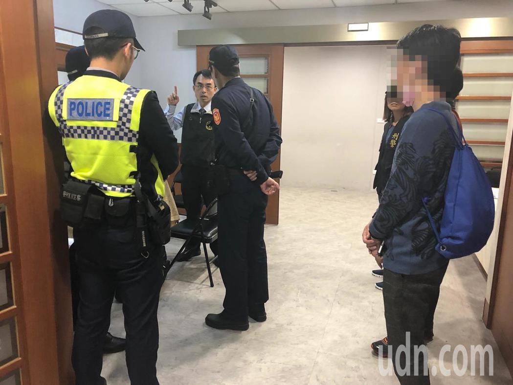 台中市鍾姓紙廠老闆娘昨天下午遭黃姓男子殺害,檢警今天下午會同家屬相驗,釐清死因。...