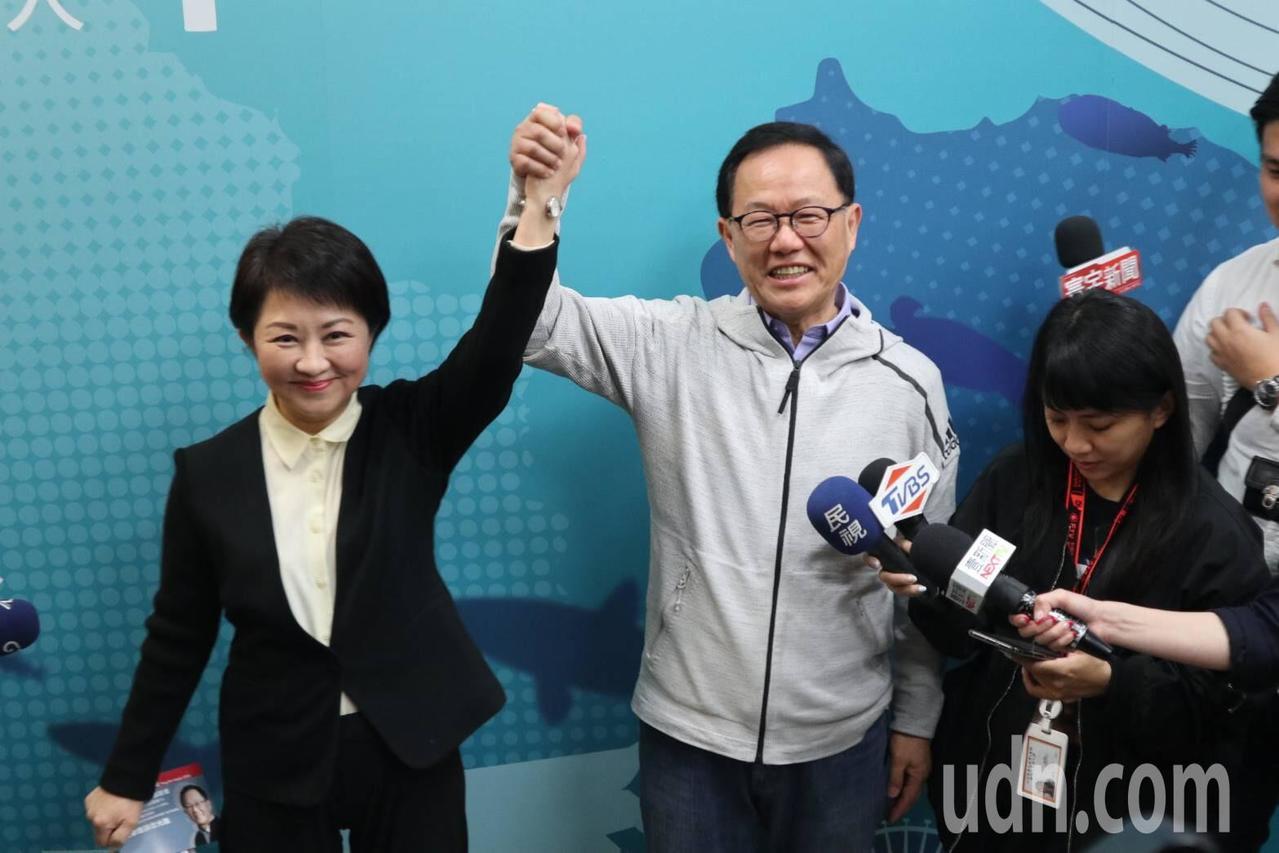 國民黨台中市長參選人盧秀燕下午前往台北市長參選人丁守中辦公室,替丁守中打氣加油。...
